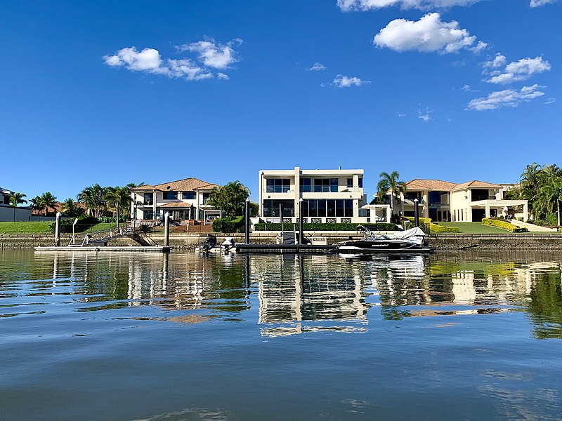 800px-Houses_at_Hope_Island_seen_from_Coomera_River,_Queensland_02